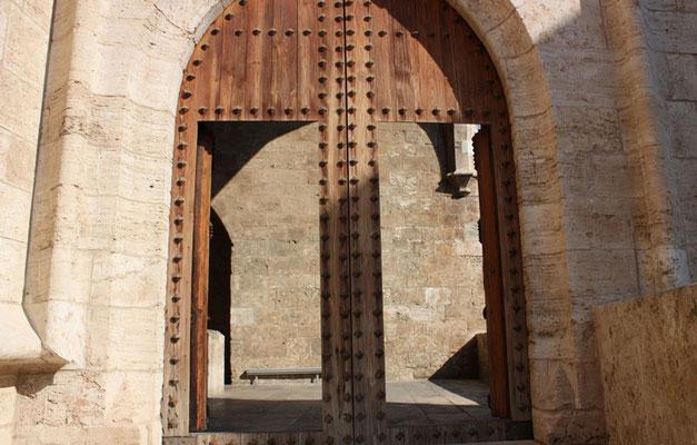 Puerta de entrada  al interior de las Torres de Quart en Valencia (Comunidad Valenciana).