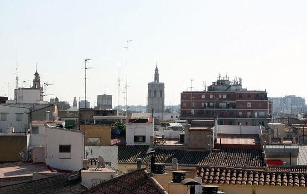 Una mirada  a la ciudad de valencia desde el primer nivel  de las Torres de Quart en Valencia (Comunidad Valenciana).