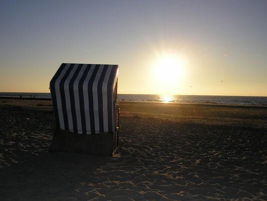 Strandkorb am Weststrand Norderneys mit Blick in den Sonnenuntergang