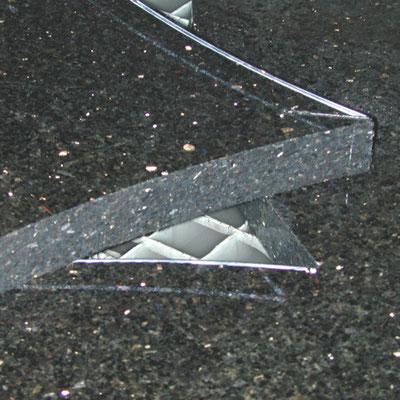 gebogene Kontur in Granit - für die Wasserstrahlschneidanlage kein Problem