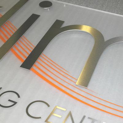 Schild aus Acrylglas mit VA-Buchstaben und Farbfolie