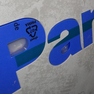 beschichtete MDF-Platte ausgelasert und Plexibuchstaben durchgesteckt