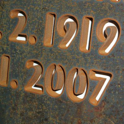 rostende Corten Stahlplatte - Zahlen ausgeschnitten