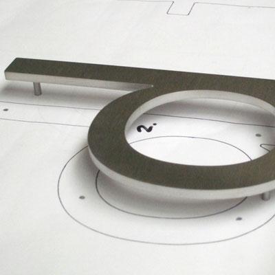 Aluminiumschrift mit Montagebolzen und Zeichnung