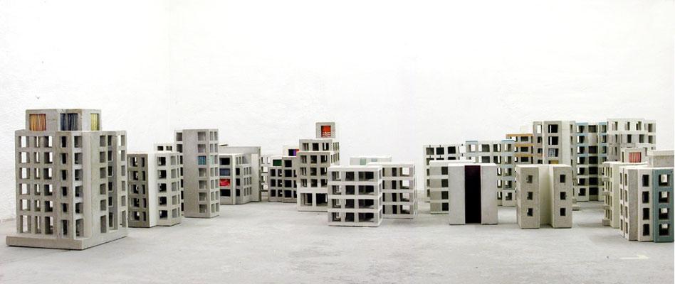 Rohbauten, Atelieraufnahme 2003, Beton, Glas, Papier, Leimfarbe, Kunstharzlack