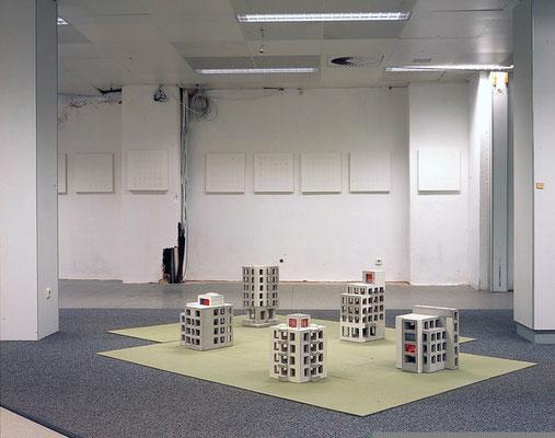 fifty-fifty, Zwischennutzung Ladenlokal Osnabrück, 2004, Im Vordergrund Rohbauten im Hintergrund Nice Failure Paintings