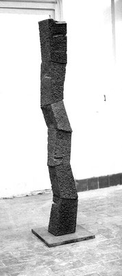 Endliche Säule, 6-teilig, 1991, Diabas, 185x20x20 cm