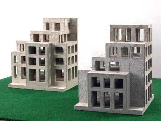 Links: Haus Crone, 2004, Betonguss, 47x42x35 cm. Rechts: Haus Bern, 2005, Betonguss, 43x41x38 cm