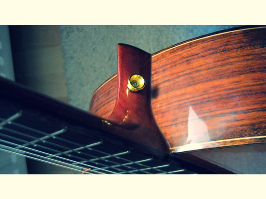 Gurtpin goldfarben an Halsansatz bei spanischer Gitarre