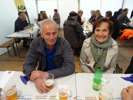 Sepp Wüest und die Frau des Veterans Trudi Stocker