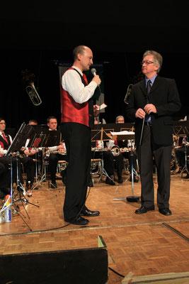 Präsident Beat Schmidiger dankt Dirigent Ruedi Renggli