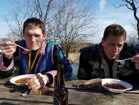 Urs Estermann und Thomas Ineichen geniessen die feine Gulasch Suppe.