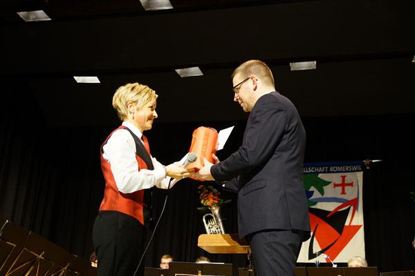 Esthi bedankt sich bei Dirigent Marcel für die intensiven Proben und tollen Auftritte im vergangenen Vereinsjahr