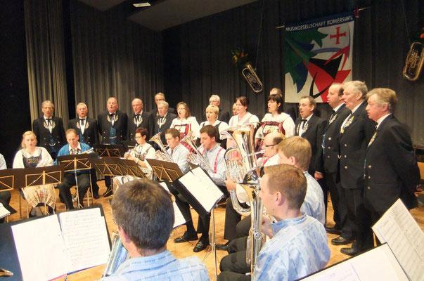 Brass Band und Jodlerchörli gemeinsam auf der Bühne