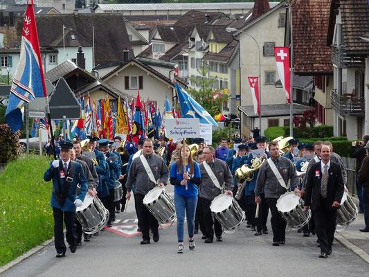 Der Festzug wird von der MG Schüpfheim angeführt