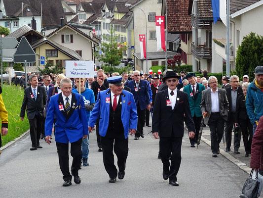 Der stolze Kantonale Ehrenveteran Sepp Stocker ist ganz vorne mit dabei