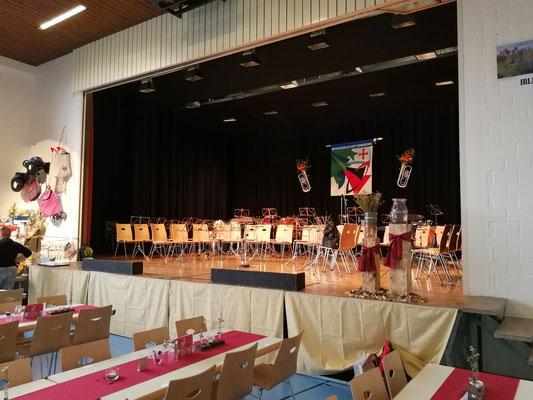 Die Bühne ist Gestuhlt, die Notenständer stehen und die Flagge ist montiert