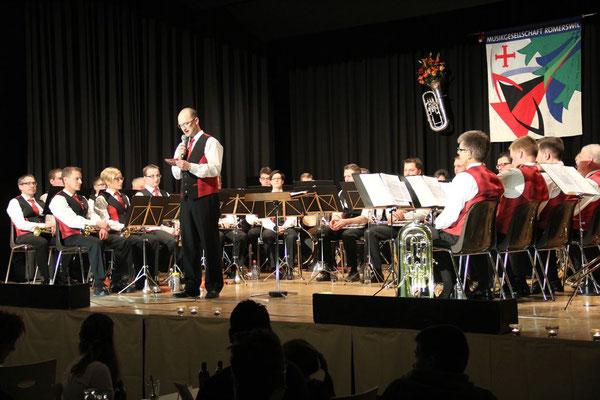 Präsident Beat Schmidiger begrüsst die Konzertbesucher