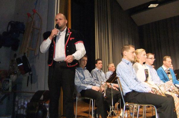 Roland Müller führte mit 'Mutz' durch das Programm