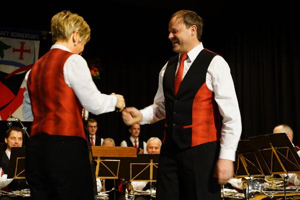 """Urs Felber wird von der Präsidentin zum Titel """"Kantonaler Veteran"""" gratuliert. Auf weitere 30 Jahre!"""