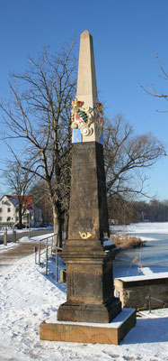 Distanzsäule Moritzburg, Schlossallee (links)
