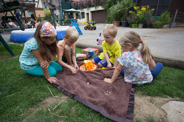 Kinder im Hof