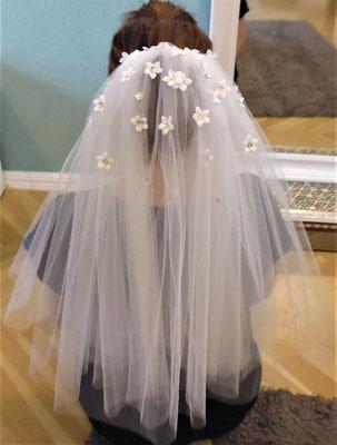 Brautschleier mit Blüten und goldenen Pailletten