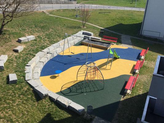 neuer Spielplatz mit vollflächigem Fallschutzbelag
