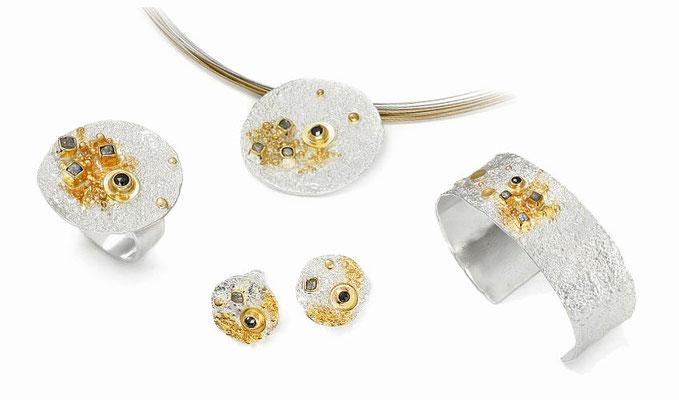 Silber feinvergoldet mit Rohdiamanten + schwarzen Diamanten:  oben Anhänger 269€ + Halsreif 10-rhg Silber/bicolor 49€ --- li Ring 298€ --- unten Ohrstecker 239€ --- re Armreif 550€