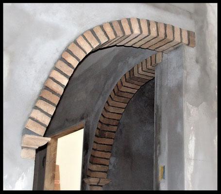 Prospettiva laterale dell'arco in mattoni