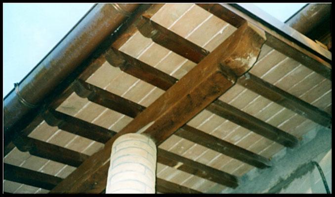 Particolare tetto in mattoni e legno: dopo la lavorazione