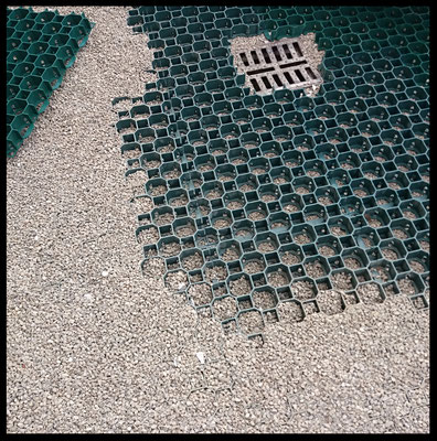 Pavimentazione esterna con uso di lastre in plastica