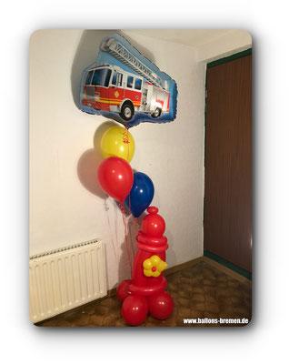 Feuerwehrauto mit Hydrant aus Luftballons