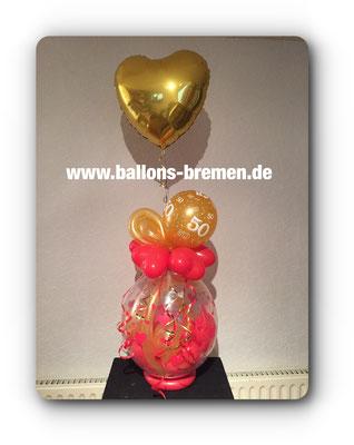 Goldene Folie zum Geburtstag mit Helium über einem Verpackungsballon