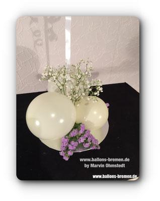 Echte Blumen und Ballons kombiniert