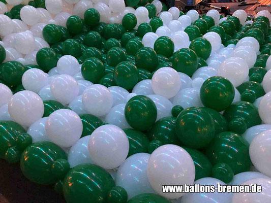 """Logo aus Luftballons """"Werder Bremen"""" auf dem Boden - noch ist nichts zu erkennen"""