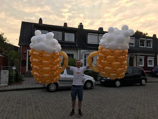 Zwei Biergläser aus Luftballons
