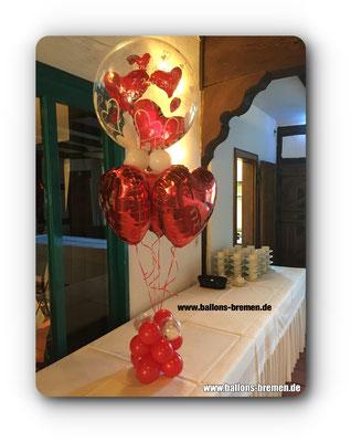Fliegende Herzen mit Heliumballons in Herzform
