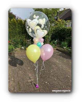 Pastellfarbenen Ballons mit fliegenden Herzen