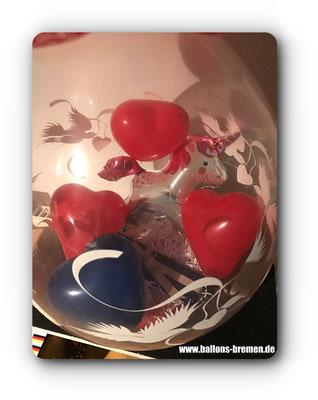 Herzen und eine Uhr im Ballon