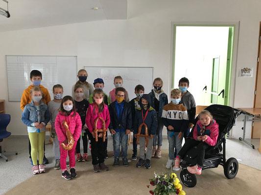 Die Kinder der Grundschule Antholz Nidertal.