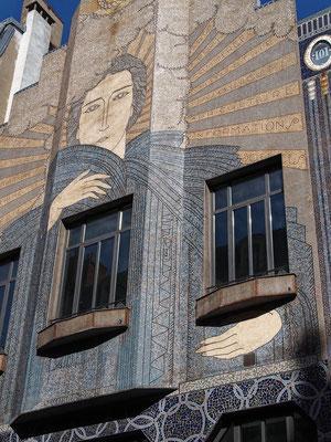 """""""Street-Art dès la construction en 1920!""""   cliché réalisé par  Joël"""