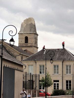 """"""" Le clocher et le toit de la mairie touchés par la tornade   """" cliché réalisé par Laurent"""