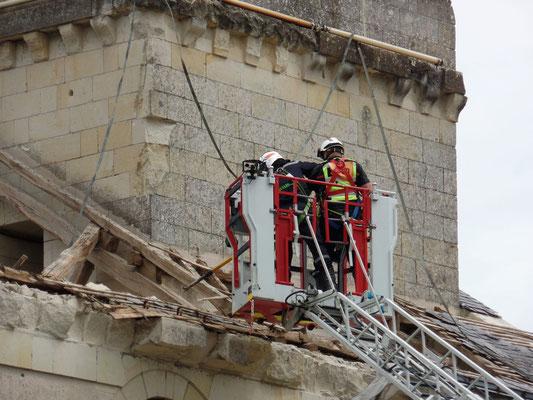 """"""" Les pompiers sécurisent le périmètre en envoyant au sol les pierres menaçant de chuter - 2   """" cliché réalisé par Laurent"""
