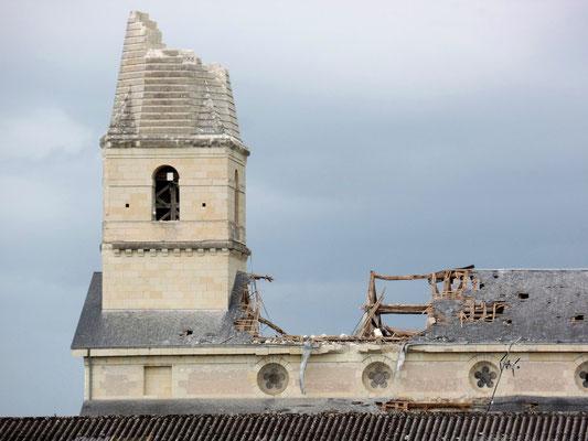 """""""  Le clocher et le toit de l'église ont été ravagés - 2  """" cliché réalisé par Laurent"""