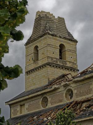 """"""" Enfin des signes d' OUVERTURE dans l'église ....... mais cela se limite à St Nicolas de Bourgueil .... et sous forte pression des éléments """" cliché réalisé par  Joël"""