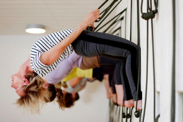 Hatha Yoga, Ustrasana in der Seilwand, das Kamel