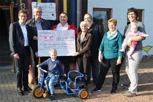 Spendenübergabe der neuen Dreiräder und der neuen Therapieschaukel