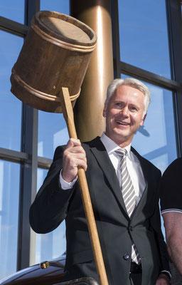 """Vorstandsvorsitzende der Volksbank Untere Saar Bernd Mayer beim Ansetzten des """"Herzensengel-Bräu"""" (Foto: Rolf Ruppenthal)"""