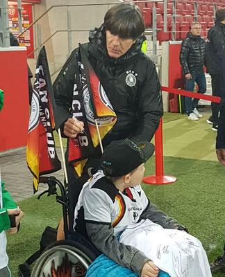 Denis mit Bundestrainer Joachim Löw. Foto:Herzensengel